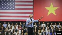 Tổng thống Obama nói chuyện với các thành viên của Sáng kiến Lãnh đạo Trẻ Đông Nam Á (YSEALI) tại TPHCM, ngày 25/5/2016.