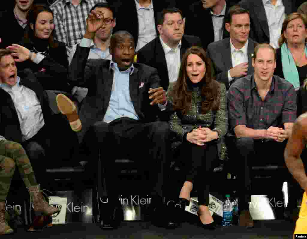Pangeran William, Duke of Cambridge (kanan) dan Catherine, Duchess of Cambridge (kanan tengah) bersama Dikembe Mutombo (kiri tengah) di pertandingan antara Brooklyn Nets dan Cleveland Cavaliers di Barclays Center, Brooklyn, New York. (Credit: Robert Deutsch/USA TODAY Sports)