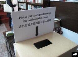 美国大使馆在现场设置的问题箱