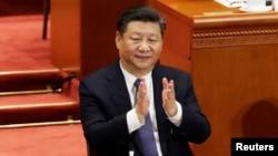 시진핑 중국 국가 주석이 11일 베이징 인민대회당에서 열린 전국인민대표대회(전인대) 3차 전체회의에서 임기 제한 철폐를 담은 개헌안 투표결과를 듣고 박수를 치고 있다.