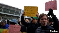 Người biểu tình tụ tập bên ngoài Sân bay Quốc tế John F. Kennedy ở Quận Queens, thành phố New York, ngày 28 tháng 1, 2017.