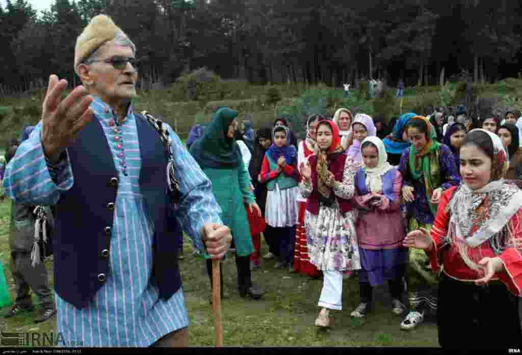 نوروزخوانی در روستای «سرکلاته» استان گلستان. آنها در کوچه ها می گردند و با آواز محلی، نوید آمدن بهار را می دهند و از صاحبخانه پیشکشی دریافت می کنند. عکس: میثم محسنی