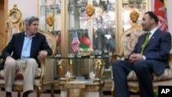 جان کیری سناتور امریکایی حین ملاقات با استاد محمد عطا والی ولایت بلخ در شهر مزار شریف