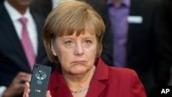 2013年3月5日德國總理默克爾在漢諾威電腦展展示無觸摸黑莓手機(資料照片)
