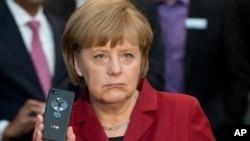 Kanselir Jerman Angela Merkel memperlihatkan ponsel anti sadap di pameran teknologi CeBIT di Hannover. (Foto: Dok)