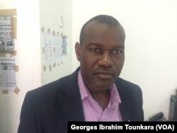 Docteur Oumar Toé, du comité de lutte contre les médicaments illicites, à Abidjan, en Côte d'Ivoire, le 12 août 2017. (VOA/Georges Ibrahim Tounkara)