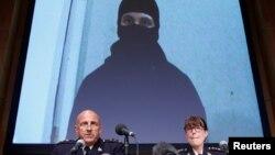 La Real Policía Montada Canadiense informa sobre un plan terrorista desarticulado gracias a información proporcionada por EE.UU. Al fondo imagen del sospechoso.
