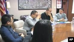 Investitori iz Kine koji razmišljaju o dolasku u Lancaster u Californiji na sastanku s predstavnicima lokalne vlasti