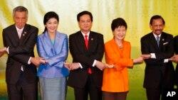 Các nhà lãnh đạo của Hiệp hội các nước Đông Nam Á chụp hình lưu niệm tại Bandar Seri Begawan, Brunei, ngày 9/10/2013.