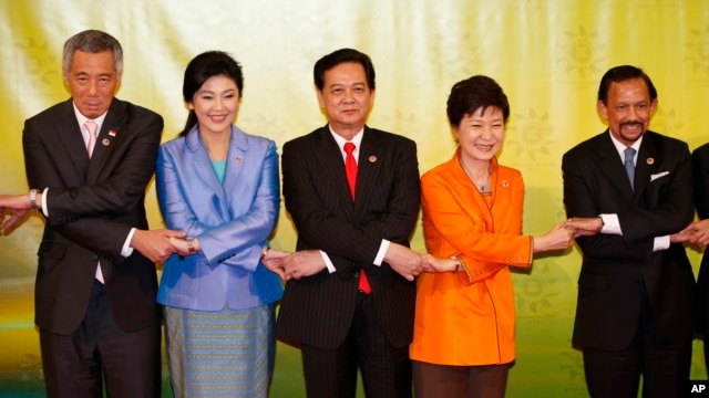 South Korean President Park Geun-hye joins hands with leaders of ASEAN during a group photo, Oct. 9, 2013.