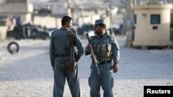 喀布尔警察在发生袭击的地点站岗(2015年8月8日)