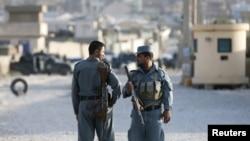 Cảnh sát Afghanistan canh gác tại hiện trường vụ tấn công bên ngoài 1 căn cứ ở Kabul, Afghanistan, 8/8/2015.