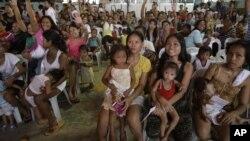 菲律賓的婦女和兒童在馬尼拉參加聯合國世界人口日生育健康項目的活動。