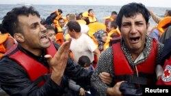 지난 20일 터키에서 에게 해를 건너 그리스 레스보스 섬에 도착한 시리아 난민들이 울음을 터트렸다. (자료사진)