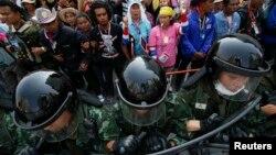 3일 태국 수도 방콕 정부청사에서 군인들이 시위대의 접근을 막고 있다.
