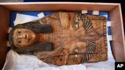 Tư liệu - Một bức hình không đề ngày tháng do Bộ Ngoại giao Israel công bố cho thấy một phần của nắp quan tài cổ Ai Cập ở Israel. Giới chức Israel phát hiện ra nó vào năm 2012 trong một cửa hàng bán đồ cổ ở Cổ thành Jerusalem.