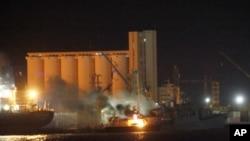 一艘停泊在黎波里海港的船只起火冒烟