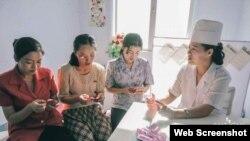 북한 여성들이 캐나다 구호단체 '퍼스트 스텝스'에서 제공한 미량영양소에 대한 설명을 듣고 있다. 퍼스트 스텝스 웹사이트에 게재된 사진이다.