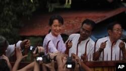 昂山素姬獲釋後於寓所外會見支持者