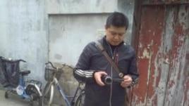 疑似国保人员在倪玉兰住处外摄像。(微博图片)
