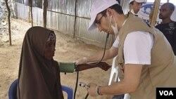Seorang dokter asal Turki memeriksa kesehatan pengungsi perempuan Somalia di Mogadishu. Militan Somalia beberapa kali menculik petugas bantuan asing di sana.