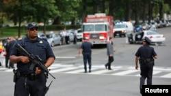 警方在槍擊案現場附近戒備