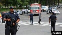Cảnh sát tuần tra khu vực nổ súng bên ngoài Tòa nhà Quốc hội ở Washington, ngày 3/10/2013.