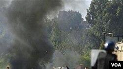Para pemuda Algeria bentrok dengan petugas kepolisian di distrik El-Harrache setelah pengumuman kenaikan harga bahan-bahan pangan pokok, Kamis, 6 Januari 2010.