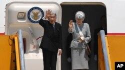 Nhật hoàng Akihito và Hoàng hậu Michiko ở sân bay Huế, Việt Nam, ngày 5/3/2017.