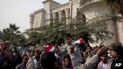 Para pendukung Presiden Morsi melakukan unjuk rasa di depan gedung Mahkamah Agung Mesir. MA Mesir akhirnya memutuskan menunda persidangan tanpa batas waktu (2/12).