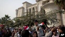 Сторонники президента Мохаммеда Мурси возле здания Конституционного суда. Каир, Египет. 2 декабря 2012 года
