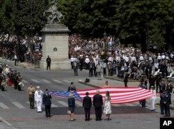 도널드 트럼프(가운데 오른쪽) 미국 대통령과 에마뉘엘 마크롱(가운데 왼쪽) 프랑스 대통령이 14일 파리 샹젤리제 거리 '바스티유의 날' 퍼레이드 현장에서 대형 성조기 앞에 서 있다. 이들 오른쪽은 트럼프 대통령 부인 멜라니아 여사, 왼쪽은 마크롱 대통령 부인 브리지트 여사.