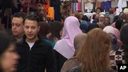 Salah Abdeslam, 2e à gauche, visible sur une image prise d'une vidéo en plein marché de Molenbeek, Bruxelles, Belgique, août 2014