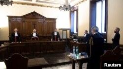 Chủ tịch tòa án đọc bản án đối với cha Carlo Alberto Capella (ngoài cùng, bên phải) trong một phiên tòa xét xử tại Vatican, ngày 23 tháng 6, 2018.