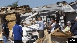 El presidente Obama y la primera dama Michelle Obama, durante la visita a la devastada ciudad de Tuscaloosa, en Alabama.