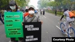 Aktivis Walhi Riau mengajak seluruh pihak lebih peduli bencana asap. (Foto: Walhi Riau)