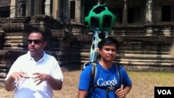 Mr. Manik Gupta of Google Maps (left) explains the street view technology in at Angkor Wat temple, Siem Reap, Cambodia, April 3, 2014. (Khoun Theara/VOA Khmer)