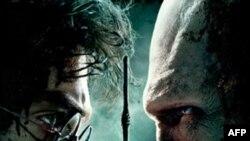 Tập thứ 8 phim Harry Potter thuật lại trận chiến cuối cùng của Harry Potter (trái) với Voldemort