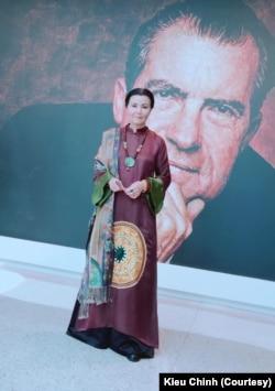 Kiều Chinh gần như luôn xuất hiện trong bộ áo dài truyền thống tại những sự kiện điện ảnh. Ảnh do nhân vật cung cấp.