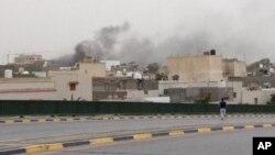 지난 18일 무장 세력의 공격을 받은 리비아 의회 건물에서 검은 연기가 피어오르고 있다. (자료사진)