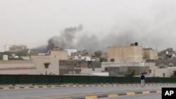 Asap hitam mengepul di sekitar area gedung parlemen Libya di Tripoli, 18 Mei 2014 (Foto: dok).