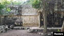 """El palacio fue descubierto al oriente de la plaza principal del llamado """"Grupo C"""" del asentamiento, Kulubá, México."""