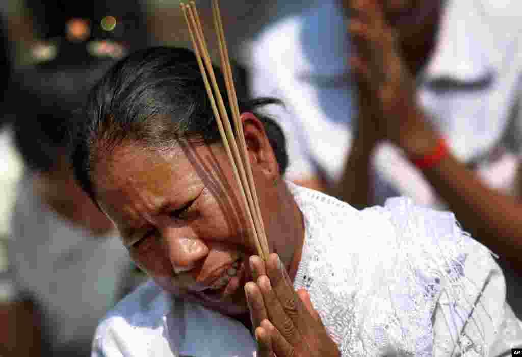 一位女士在金边参加西哈努克送葬队伍时伤心哭泣。