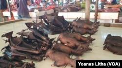 Kelelawar yang dijual di pasar ekstrim Tomohon Sulawesi Utara. Hewan-hewan ini didatangkan dari Sulawesi Tengah, Sulawesi Selatan, Sulawesi Tengah, 10 Maret 2020. (Foto: VOA/Yoanes Litha)