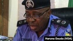Kwamishanan Rundunar 'Yansandan Borno Daniel Chukwu yayinda yake yiwa 'yan jarida bayani akan hare-haren kunar bakin wake yau a Maiduguri