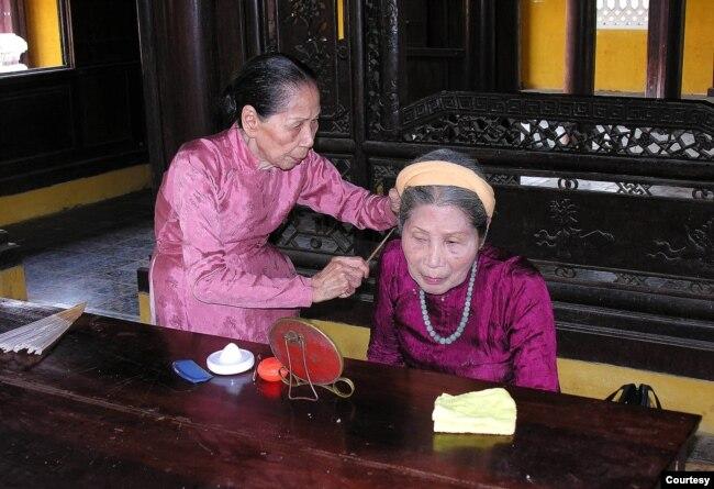 Cô Dinh làm tốt cho em gái (ảnh tư liệu 2006)