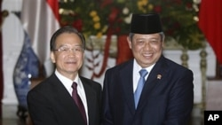 Chinese Premier Wen Jiabao hakes hands with Indonesian President Susilo Bambang Yudhoyono prior to their meeting at Merdeka Palace in Jakarta, Indonesia, April 29, 2011