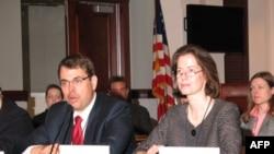 美国贸易副代表萨皮罗(右)与负责知识产权事务的贸易助理代表麦科伊(Stan McCoy)主持听证会(资料照)