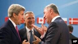 ABD Dışişleri Bakanı Kerry, NATO toplantısı sırasında önümüzdeki aylarda İttifak'ın 29'uncu üyesi olacak Karadağ'ın Başbakanı Milo Dukanovic (sağda) ile sohbet etti.