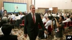 美國貿易代表弗羅曼在東京舉行記者會後離開會場。